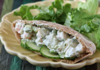 Spicy shrimp pita sandwich with yogurt dressing