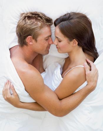 Фото девушек и мужчина вместе
