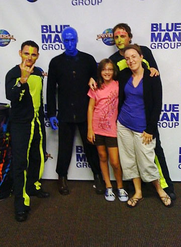betsy and hannah pose with blue man group and band
