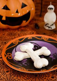 Ghostly meringue cookies