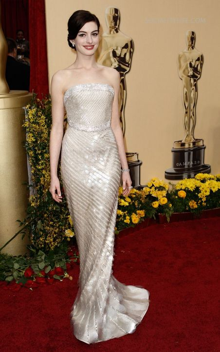 anne hathaway red carpet