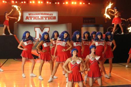 Glee thrills with Super Bowl pics
