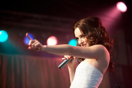 Leighton Meester sings in Country Strong