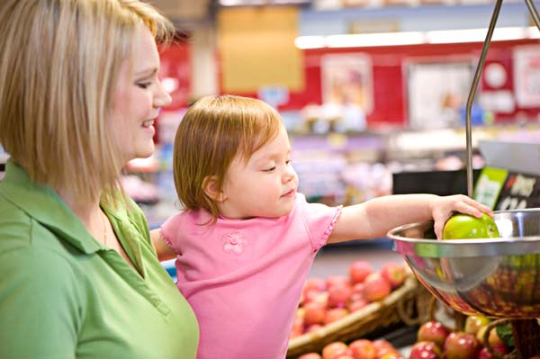 mom grocery shoping with child