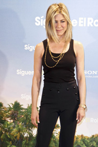 Jennifer Aniston chops her hair!
