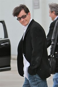 Charlie Sheen stretches tour!
