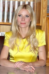Paltrow lends face to Coach!