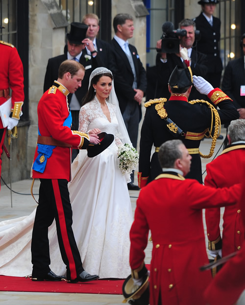 prince william married kate middleton gown. Kate Middleton#39;s wedding dress
