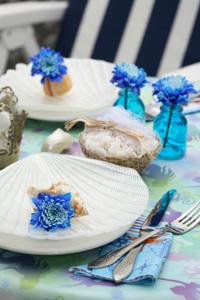...в морском стиле.  Оформление стола ярко-синими цветками хризантемы...