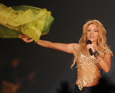 Shakira robbed mid-song!