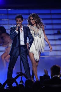 Jennifer Lopez and Marc Anthony perform Aguavile at the American Idol finale