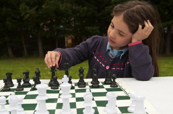 little-girl-playing-chess