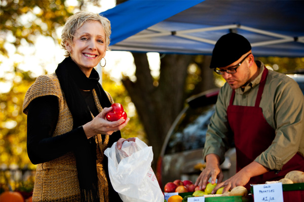 woman-shopping-at-farmers-market