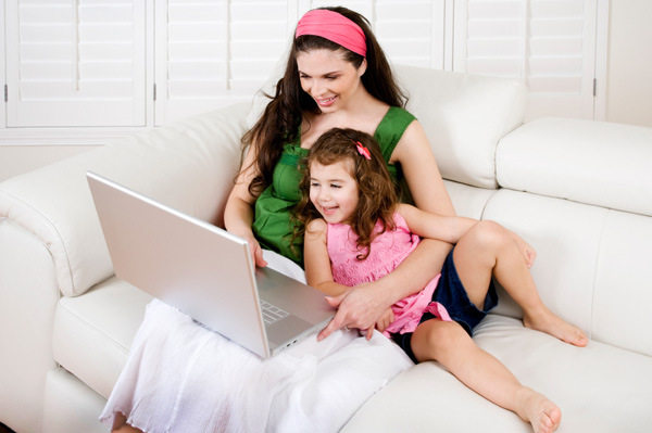 mom-and-daughter-on-computer