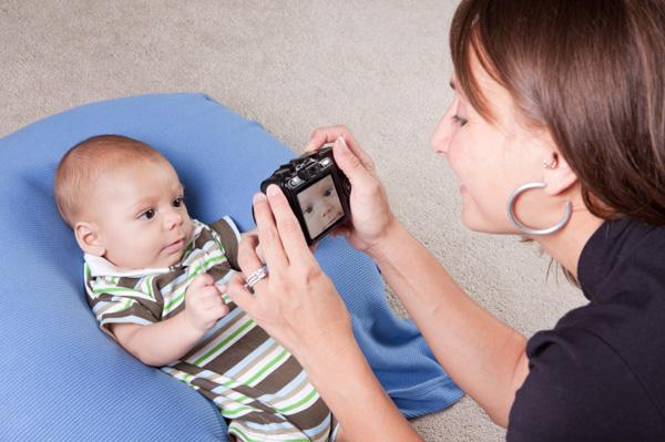 mom-with-dslr-camera