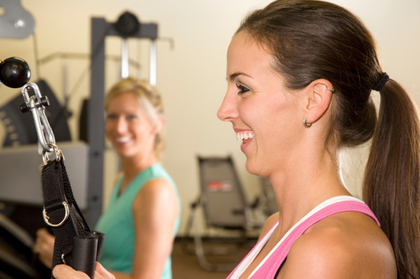 women strength training to burn calories