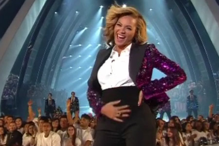 Beyonce shows off belly at the VMAs