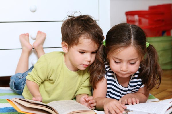 siblings-reading