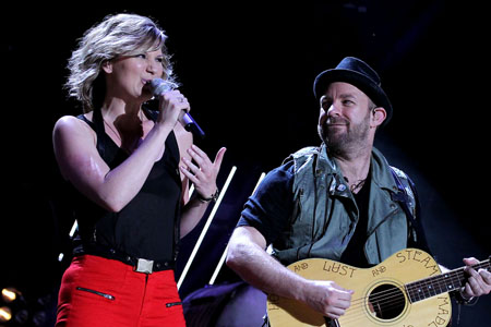 Sixth Sugarland fan dies after stage collapse