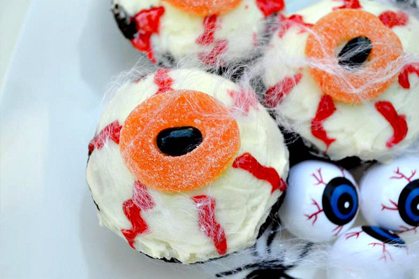 Halloween cupcakes, bleeding eyeballs design