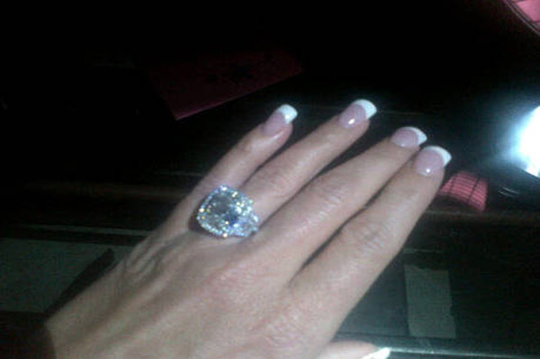 Kim Zolciak shows off her wedding ring