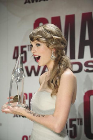 Taylor Swift wins Entertainer of the Year