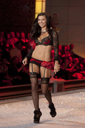 Adriana Lima defends diet