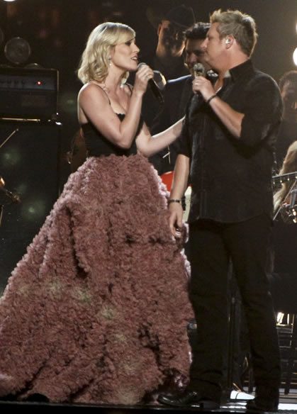 Natasha Bedingfield sings with the Rascal Flatts at the CMAs.