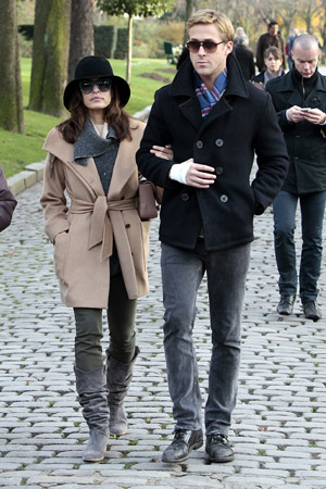 Ryan Gosling and Eva Mendes get cozy in Paris