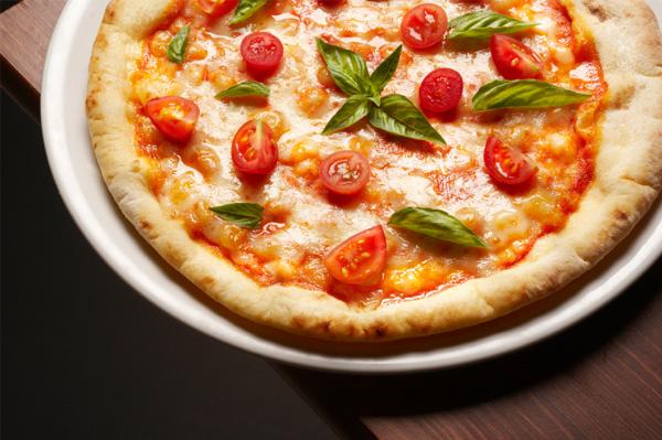 Tomato, mozzerella and basil pizza