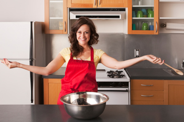 Woman exercising while she cooks