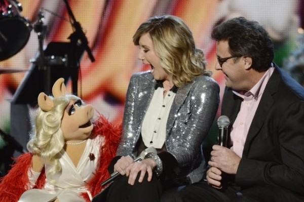 Miss Piggy with CMA Country Christmas host Jennifer Nettles and duet partner Vince Gill