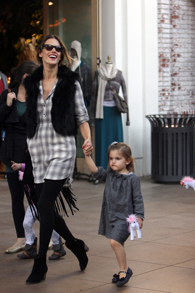 Pregnant Alessandra Ambrosio and daughter