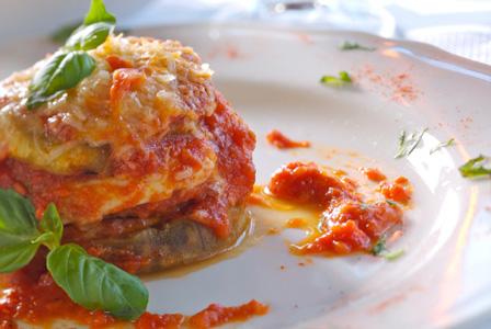 Pasta-free lasagna with eggplant, mozzarella and tomatoes