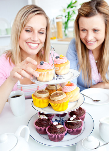 Friends eating cupcakes together