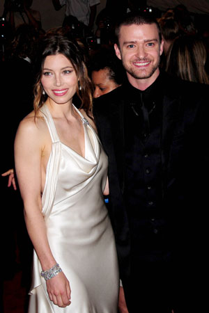 Jessica Biel flashes her rock, says source