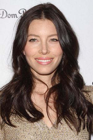 Jessica Biel shows off engagement ring