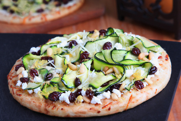 Zucchini ribbons and raisins pizza