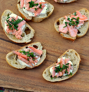 Salmon crustini