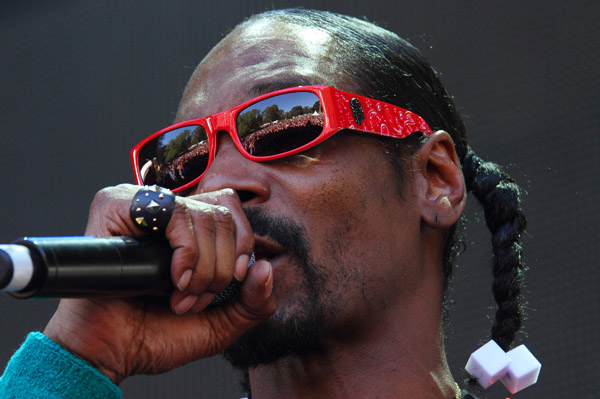 Snoop performs with Dr. Dre and Hologram Tupac at Coachella