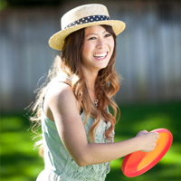 Femme jouant avec frisbee