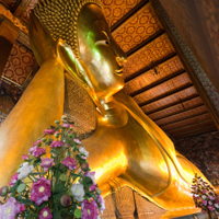 Visit the reclining Buddha (Wat Pho)