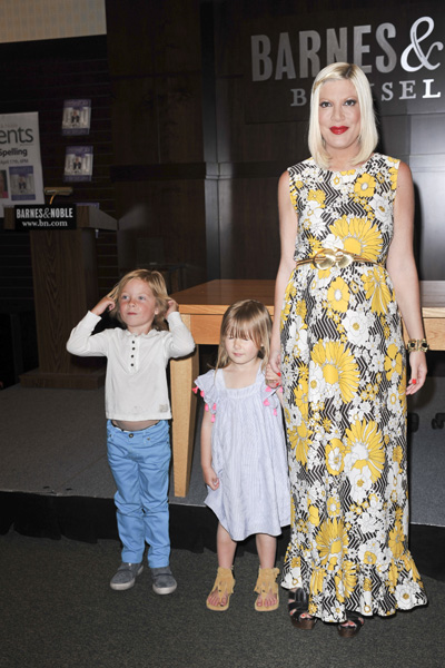 Pregnant Tori Spelling with kids Liam and Stella
