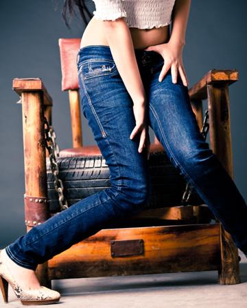 Woman wearing skinny jeans in pain