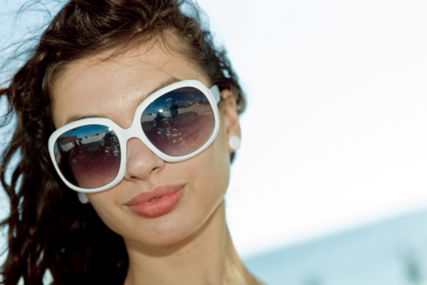 woman with big sunglasses