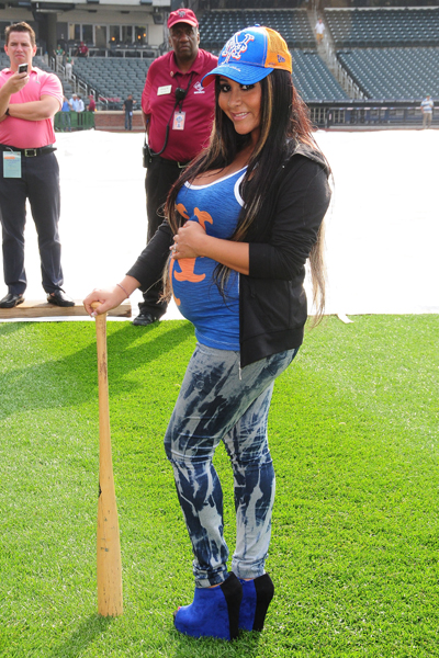 Pregnant Snooki at Mets game