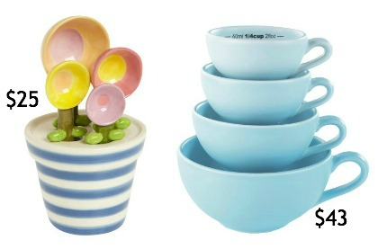 Scoop of flower measuring spoons and tea cups measuring cups