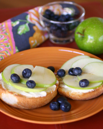 Gluten-free Friday: Breakfast bagels with mascarpone, apples, blueberries and honey