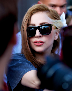Lady Gaga dyes her hair brown