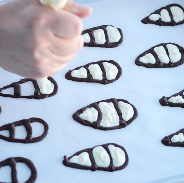 Fill in the chocolate feathers with white chocolate